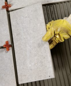 CEMENT BINDERS FOR LAYING OUTDOORS OVER LIQUID WATERPROOFING MEMBRANES